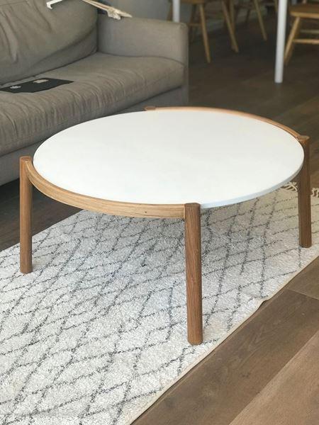 שולחן עגול צף