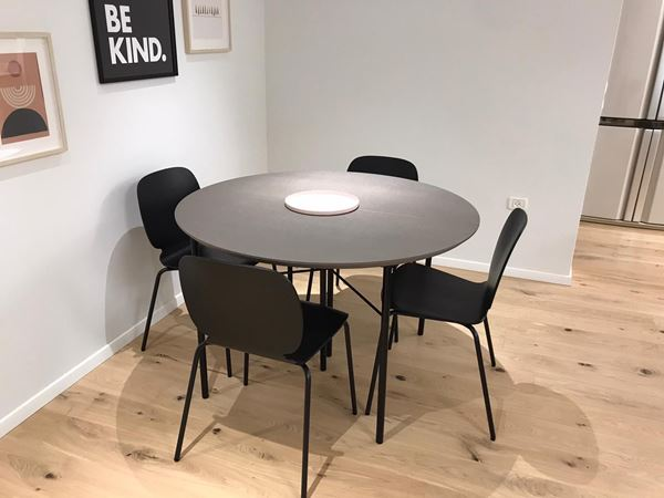 שולחן עגול נפתח - MDF אפור ורגלי מתכת